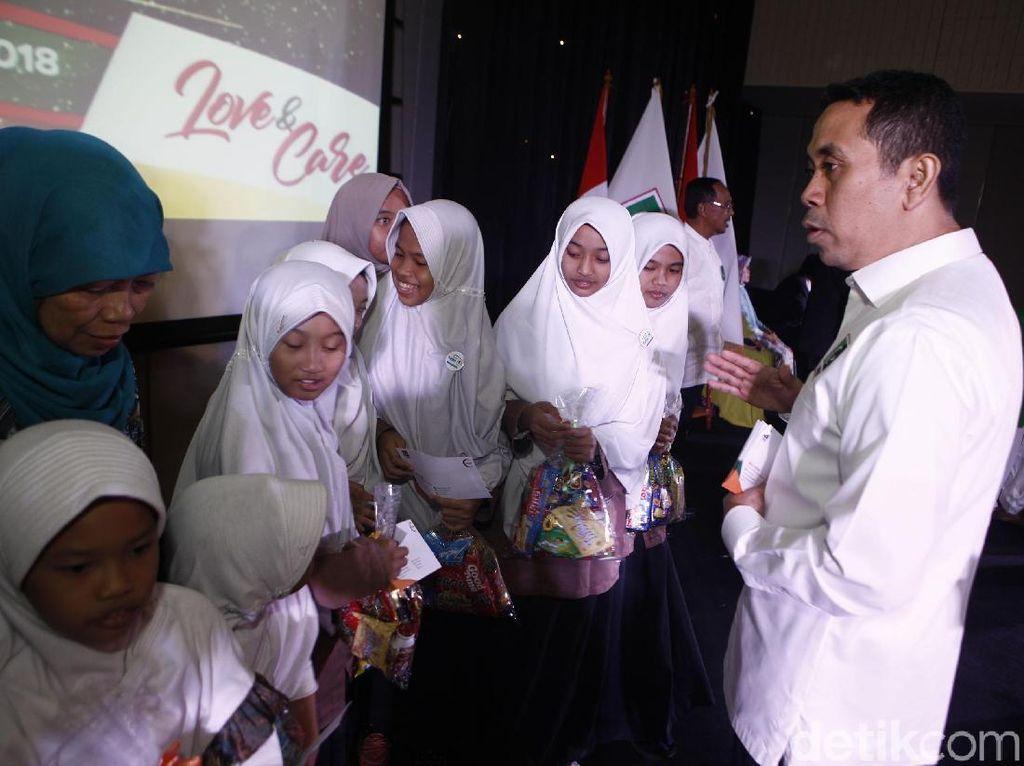 Presedium KAHMI. Kamrussamad memberikan santunan kepada anak yatim dan dhuafa sambutan usai pelantikan Majelis Nasional KAHMI dalam KAHMI untuk Kemanusiaan di Jakarta. pool
