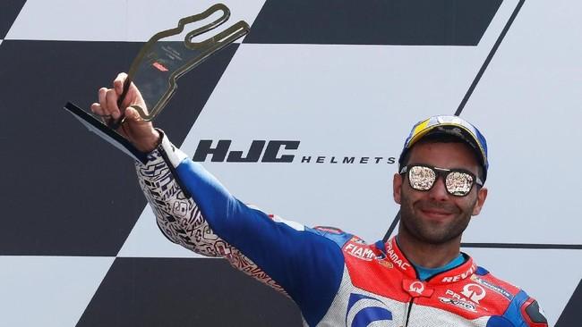 Danilo Petrucci merayakan podium kedua di MotoGP Prancis 2018. Ini adalah podium pertama Petrucci musim ini. (REUTERS/Gonzalo Fuentes)