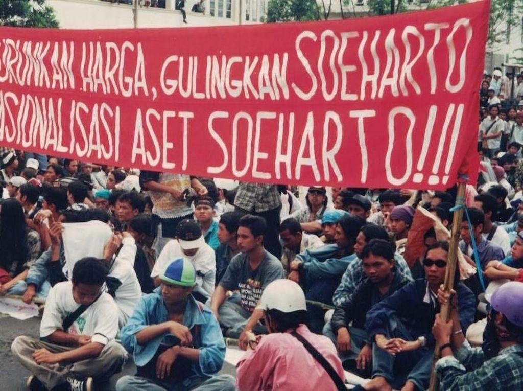 Isu terkait KKN di keluarga dan orang terdekat Soeharto menjadi senjata utama para demonstran untuk menyerang Sang Jenderal. Turunkan harga, nasionalisasi aset Soeharto, dan gulingkan Soeharto menjadi kalimat-kalimat yang paling sering diteriakkan dan dituliskan dalam spanduk maupun poster untuk melawan Soeharto. Istimewa.