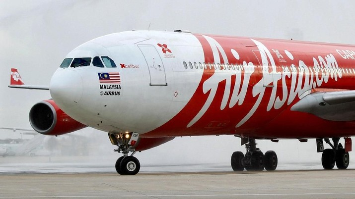 FILE PHOTO: An AirAsia X Airbus A340 passenger jet arrives on its inaugural flight from Kuala Lumpur to Paris Orly Airport February 14, 2011.  REUTERS/Charles Platiau