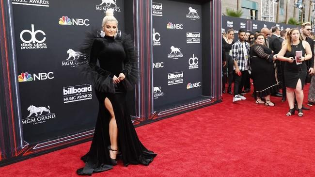 Bebe Rexha menambah daftar panjang deretan artis berbusana serba hitam dengan gaun velvet high-neck dari Christian Siriano. Gaun ini punya efek tiga dimensi di bagian lengan dan juga punggung. (REUTERS/Steve Marcus)