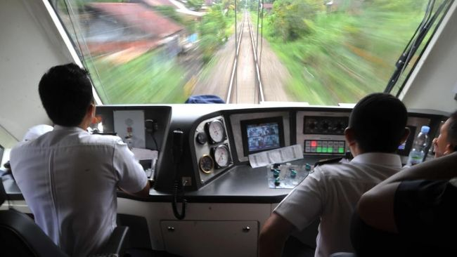 Masinis Jajan ke Warung, Netizen: Masinis juga Manusia