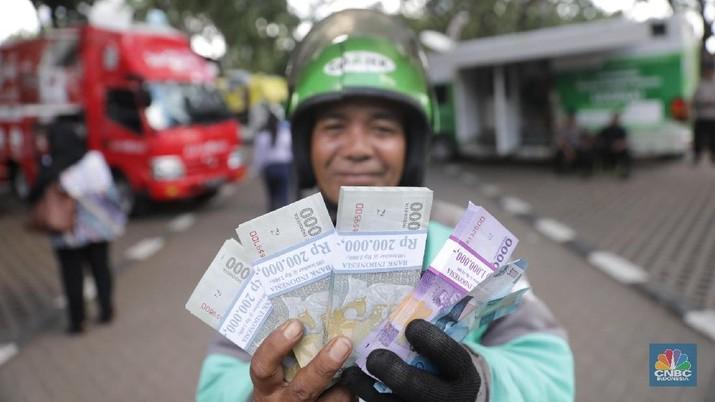 Rupiah berhasil memberi kado akhir pekan yang manis karena mampu berbalik menguat terhadap dolar AS.