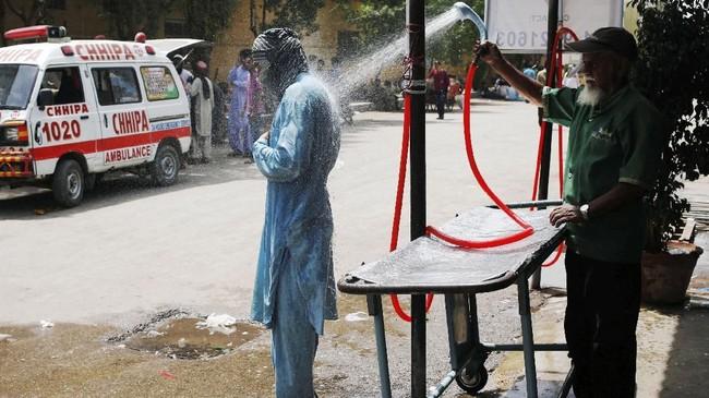 Sedikitnya 1.300 orang, terutama lansia dan orang-orang sakit meninggal karena serangan panas. Akibatnya rumah-rumah sakit dan rumah duka penuh dengan jasad korban. (REUTERS/Akhtar Soomro)