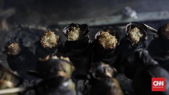 Lemang disebut lebih nikmat disantap saat lagi hangat. Cara mengonsumsinya bisa diambahkan selai, srikaya atau dengan lauk pauk. (Foto:CNNIndonesia/AdhiWicaksono)