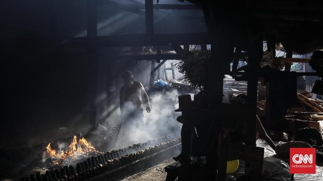 Salah satu tempat pembuatan lemang di Kramat Raya menyebutkan mereka kini mengalami banyak permintaan, dengan harga Rp15.000-Rp20.000 per-buahnya. (Foto:CNNIndonesia/AdhiWicaksono)