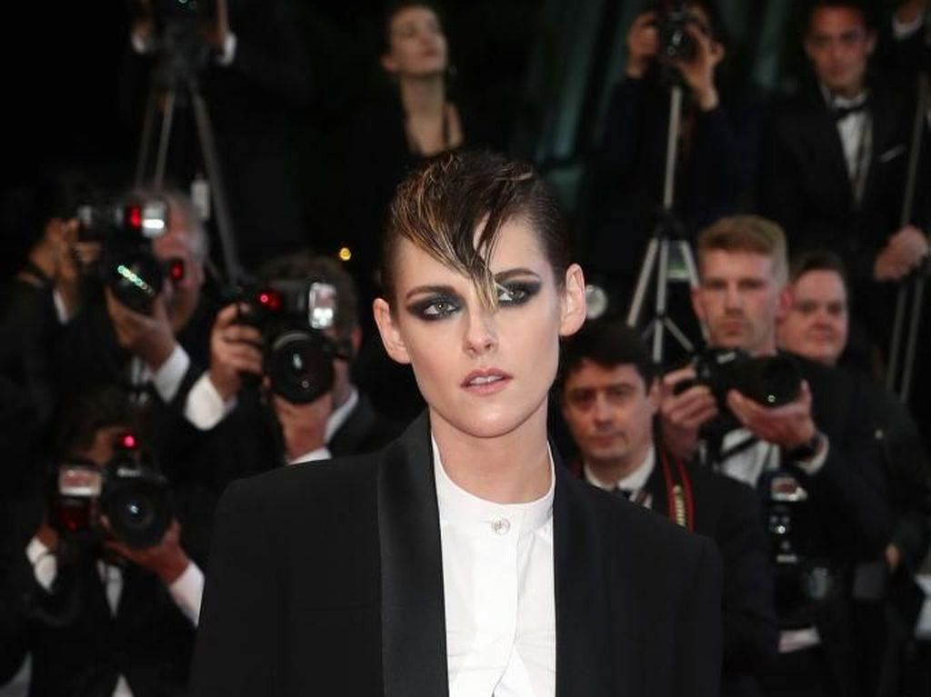 Foto: 10 Gaya Nyentrik Kristen Stewart di Red Carpet Cannes
