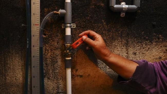 Di DesaUrutsewu, Ampel, Boyolali, Jawa Tengah, telah dibangun sebanyak 40 instalasi digester Biogas Sapi yang dapat disalurkan ke 100 kepala keluarga. Energi dari Biogas Sapi digunakan sebagai bahan bakar untuk memasak dan penerangan, Kamis (10/5). (ANTARA FOTO/Aloysius Jarot Nugroho)