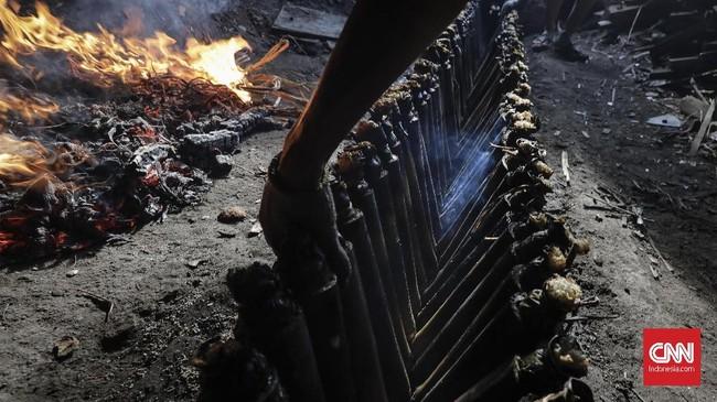 Lemang biasanya dijadikan makanan perayaan dan atau saat pesta adat di beberapa daerah di Indonesia. Ada juga yang menyukainya disantap di Hari Raya Idul Fitri. (Foto:CNNIndonesia/AdhiWicaksono)