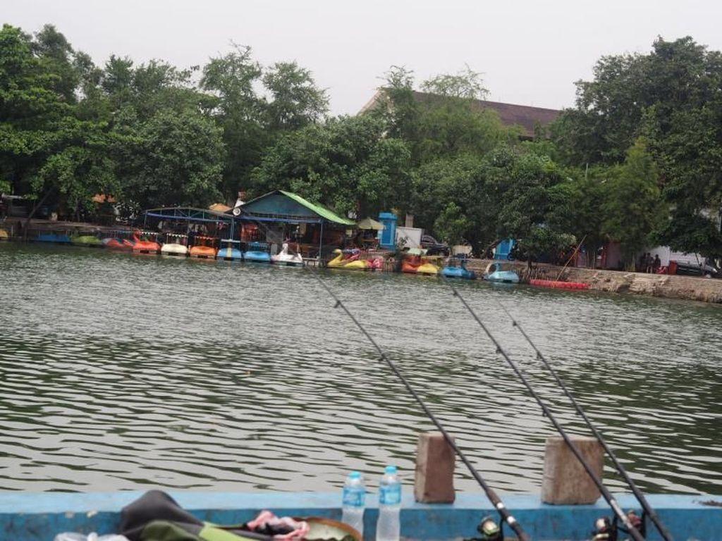 Mancing Mania Menunggu Buka Puasa di Danau Sunter