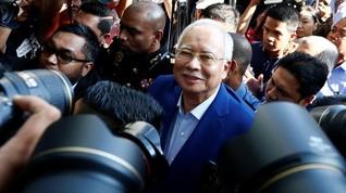 Diperiksa terkait Korupsi 1MDB, Najib Razak Senyum Santai