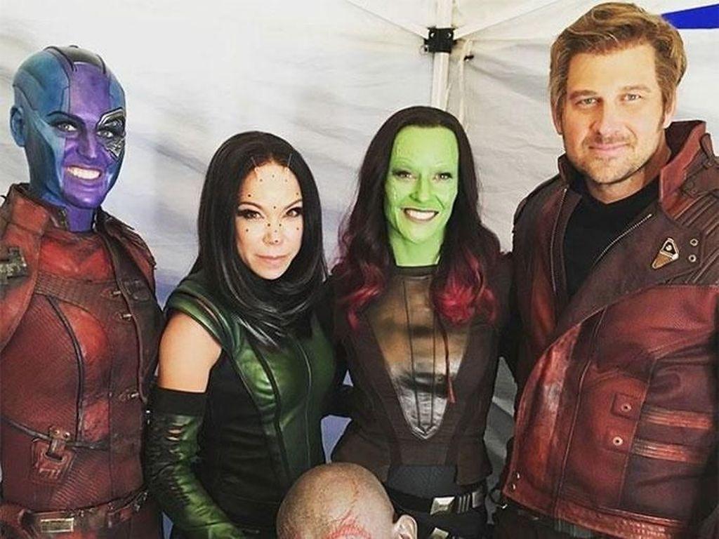 Ketika Bintang Superhero Foto Bareng Pemeran Pengganti, Mana Lebih Keren?
