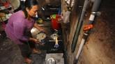 Warga menyalakan kompor biogas untuk digunakan memasak. Energi Biogas Sapi diklaim dapat menghemat pengeluaran biaya serta menghemat penggunaan energi minyak dan gas bumi, Desa Urutsewu, Ampel, Boyolali, Jawa Tengah, Kamis (10/5). (ANTARA FOTO/Aloysius Jarot Nugroho)