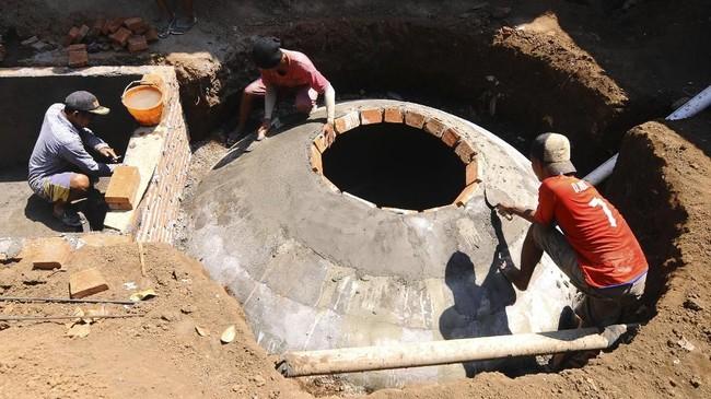 Pekerja menyusun batu-bata saat membangun digester Biogas Sapi di Desa Urutsewu, Ampel, Boyolali, Jawa Tengah, Kamis (10/5). Digester tersebut mengendapkan kotoran sapi agar menghasilkan gas. (ANTARA FOTO/Aloysius Jarot Nugroho)