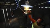 Warga menyalakan lampu petromak biogas untuk digunakan penerangan rumahnya di Desa Urutsewu, Ampel, Boyolali, Jawa Tengah, Senin (7/5). Desa Urutsewu merupakan desa mandiri energi gas. Setiap tahunnya, pemerintah setempat menargetkan membangun 10 digester Biogas Sapi. (ANTARA FOTO/Aloysius Jarot Nugroho)