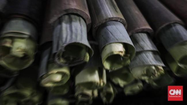 Dalam proses pembuatannya, beras ketan dimasak dalam seruas bambu, setelah sebelumnya digulung dengan selembar daun pisang. Beras ketan itu dicampur santan kelapa lalu dibakar sampai matang. (Foto:CNNIndonesia/AdhiWicaksono)
