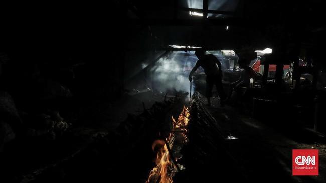 Berhubung permintaan lemang meningkat, aktivitas di salah satu tempat pembuatan makanan berbahan dasar beras ketanitu pun juga makin sibuk. Salah satu tempat pembuatan lemang itu terdapat di kawasan Kramat Raya, Senen, Jakarta, Selasa, (22/5). (Foto:CNNIndonesia/AdhiWicaksono)