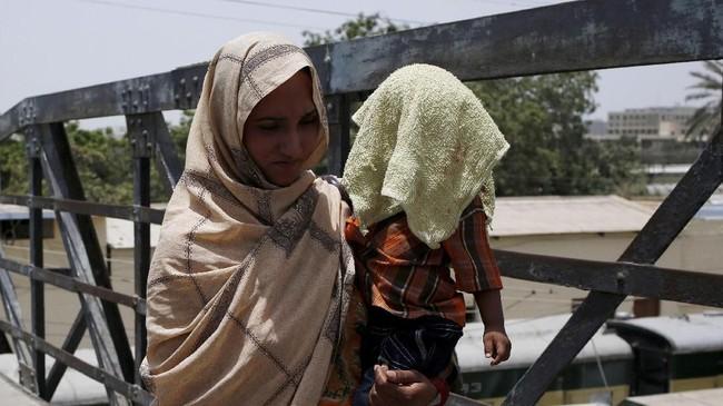 Kabar kematian akibat sergapan panas di Karachi dapat menimbulkan keresahan akan berulangnya tragedi gelombang panas pada 2015. (REUTERS/Akhtar Soomro)