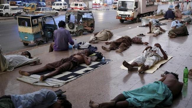 Gelombang panas terjadi bersamaan dengan pemadaman listrik. Korban tewas sebagian besar berasal dari wilayah miskin di Karachi. (REUTERS/Akhtar Soomro)