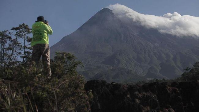 Gunung Merapi Luncurkan Guguran Lava Empat Kali