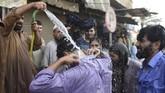 Gelombang panas yang menyengat di bulan Ramadan di negeri mayoritas beragama muslim itu dikhawatirkan bakal menelan lebih banyak korban. (AFP PHOTO/RIZWAN TABASSUM)