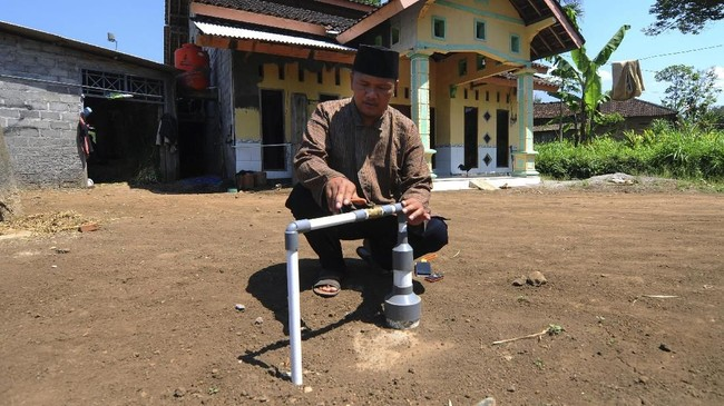 WargaDesa Urutsewu, Ampel, Boyolali, Jawa Tengah, tak kesulitan mencari bahan dasar dalam pembuatan biogas karena sebagian besar warga merupakan peternak sapi. Peternak sapi di desa ini mencapai 120, Senin (7/5). (ANTARA FOTO/Aloysius Jarot Nugroho)