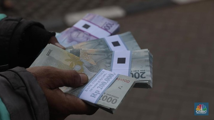 Warga menukar uang nominal Rp.  5000 di teller bank di tempat penukaran uang receh di IRTI Monas, Jakarta, Selasa (22/5). Sejumlah perbankan menyediakan jasa tukar uang receh di kawasan tersebut. Banyak warga yg menukar uang receh untuk keperluan lebaran dan dikasih kepada sanak saudara dan kerabat.  (CNBC Indonesia/Muhammad Sabki)