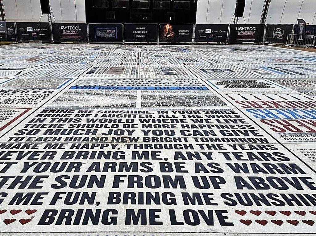 Karpet Granit Raksasa yang Isinya Lelucon