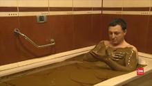 VIDEO: Berendam Minyak Naftalan di Azerbaijan