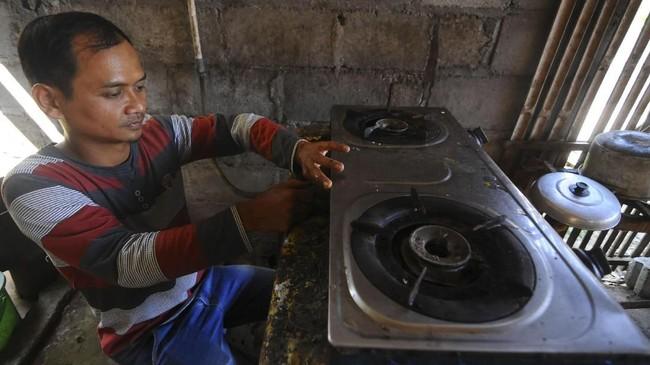 Sebelum energi Biogas Sapi berkembang di Desa Urutsewu, Ampel, Boyolali, Jawa Tengah, warga setempat menggunakan bahan bakar minyak dan gas elpiji untuk memasak, Kamis (10/5). (ANTARA FOTO/Aloysius Jarot Nugroho)