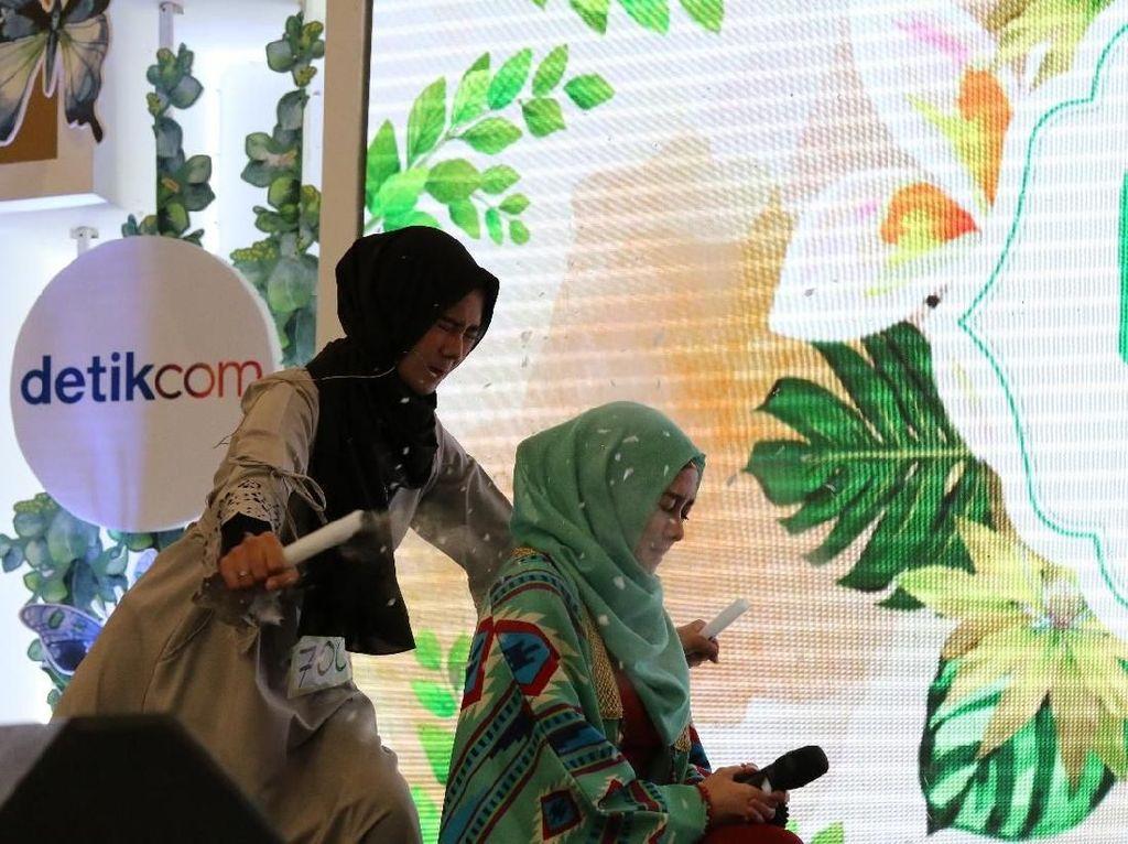 Foto: Aksi Viral Hijabers Kunyah Lampu Neon Seperti Makan Kerupuk