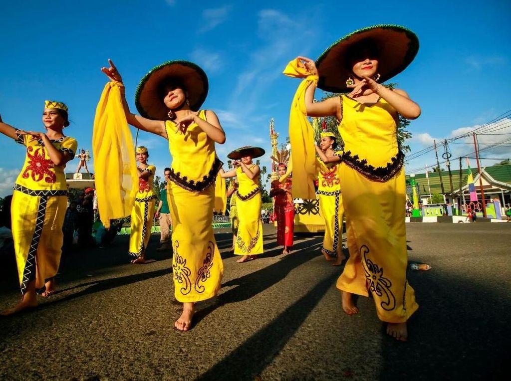 Penari Dayak dalam Karnaval Pawai Budaya Isen Mulang. Endang Seciorina/Pemprov Kalteng.
