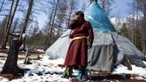 Erdenebat Chuluu, seorang penggembala nomaden di wilayah selatan Mongolia, Taiga, wilayah yang penuh dengan hutan lebat dan berjarak 200 kilometer dari jalan raya terdekat. Dia berteriak memanggil rusanya,