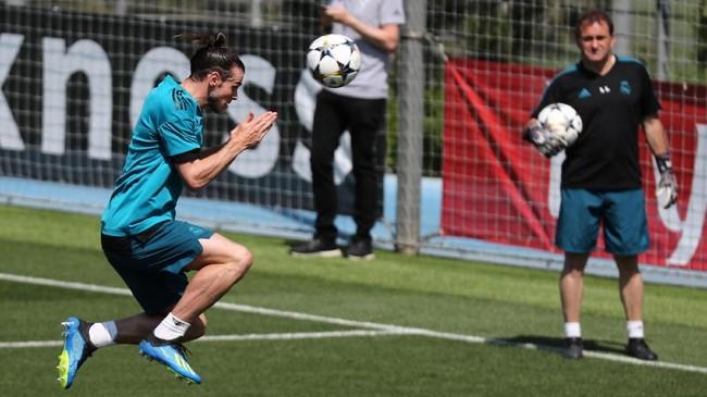 Winger Real Madrid Gareth Bale berusaha melakukan penyelesaian akhir dengan menyundul bola. (REUTERS/Sergio Perez)