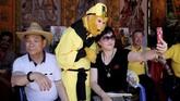 Pengunjung Bun Festival terlihat berfoto dengan peserta yang mengenakan kostum.