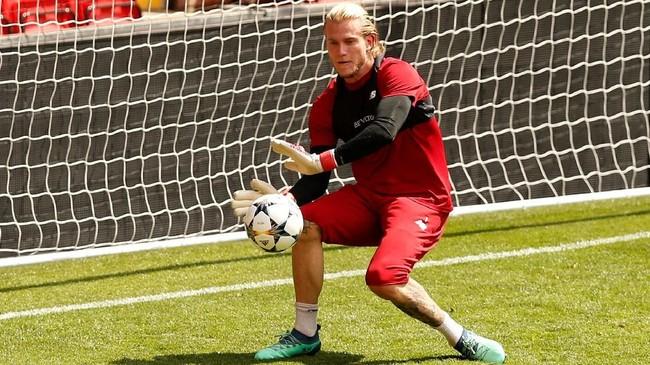 Kiper Liverpool Loris Karius berusaha memblok bola saat menjalani latihan. Karius berpeluang menjadi kiper utama Liverpool saat melawan Madrid dan mengalahkan Simon Mignolet. (REUTERS/Andrew Yates)