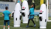 Kiper Real Madrid Keylor Navas berlatih bersama kiper lainnya Kiko Casilla. Navas mengincar gelar Liga Champions ketiga bersama El Real. (REUTERS/Sergio Perez)