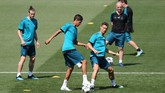 Tiga pemain Real Madrid Gareth Bale, Raphael Varane dan Cristiano Ronaldo berlatih kucing-kucingan di Valdebebas. (REUTERS/Sergio Perez)