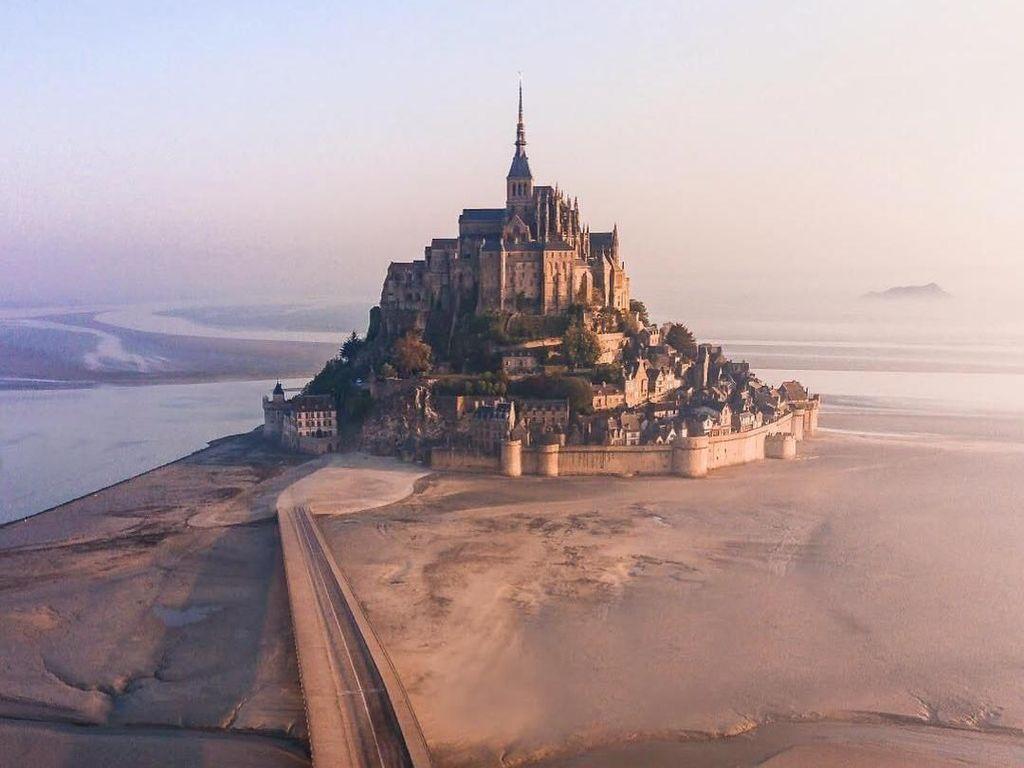 Foto: Kastil Unik yang Cantik di Pinggir Laut Prancis