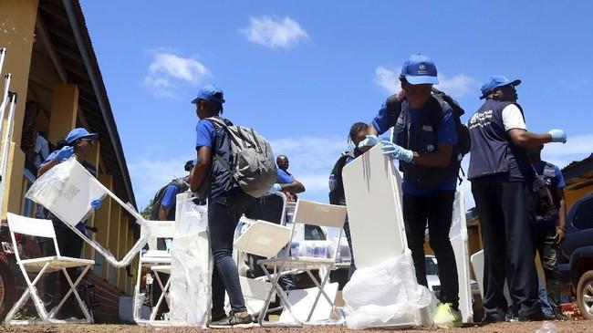 Para ahli yang mempelajari virus Ebola sejak penemuannya pada 1976 di Kongo, mengatakan bahwa dugaan asalnya adalah kelelawar hutan. Organisasi Kesehatan Dunia(WHO) mengampanyekan vaksin untuk menekan penyebaran ebola di Mbandaka, Kongo. (REUTERS/Kenny Katombe)