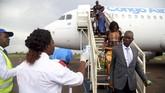 Demi upaya atasi ebola, petugas kesehatan Kongo juga memberlakukan pengecekan pada penumpang pesawat Congo Airways saat mendarat di Mbandaka, Kongo. (REUTERS/Kenny Katombe)