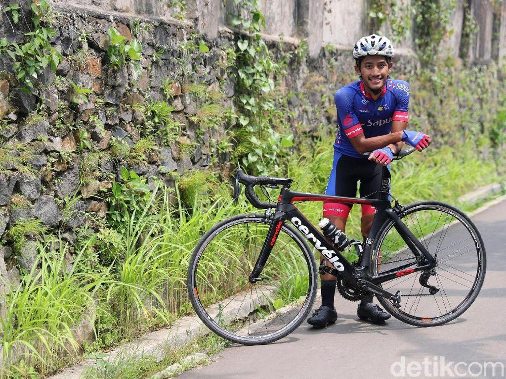 Aiman Cahyadi berpose dengan sepeda balap saat wawancara one on one dengan detikcom.