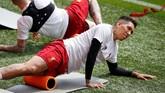 Penyerang Liverpool Roberto Firmino menjalani latihan. Firmino akan menghadapi sejumlah komptriot asal Brasil saat melawan Real Madrid, seperti Marcelo dan Casemiro. (REUTERS/Andrew Yates)