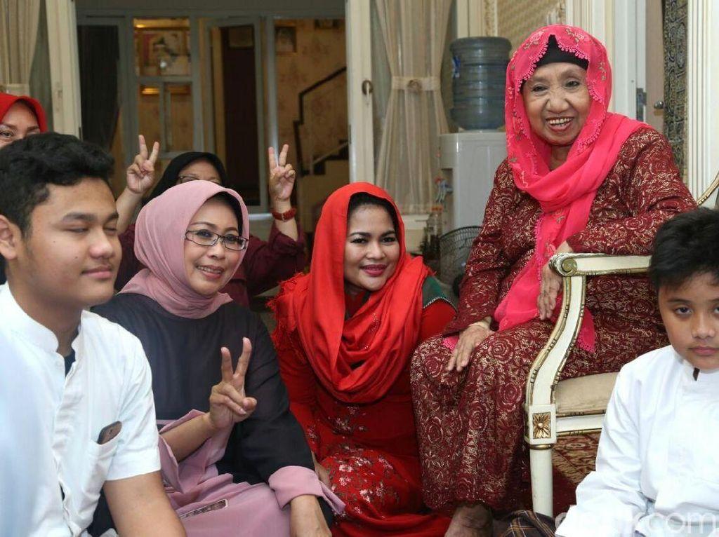 Puti Diberi Hadiah Kerudung Merah Oleh Sesepuh Muslimat