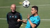 Bintang Real Madrid Cristiano Ronaldo menyundul bola dengan pelatih Zinedine Zidane menyaksikan dalam latihan di Valdebebas, Madrid, Selasa (22/5). (REUTERS/Sergio Perez)