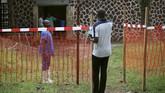 Kini, pemerintah dan mitra internasional mengerahkan sumber daya yang signifikan ke daerah terjangkit. Juru bicara WHO, Tarik Jasarevic mengatakan pejabat kesehatan memberikan vaksin eksperimental pada hari Senin (21/5) untuk 33 pekerja medis dan penduduk Mbandaka. (REUTERS/Kenny Katombe)