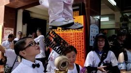 FOTO: Mengarak Si Anak Jangkung