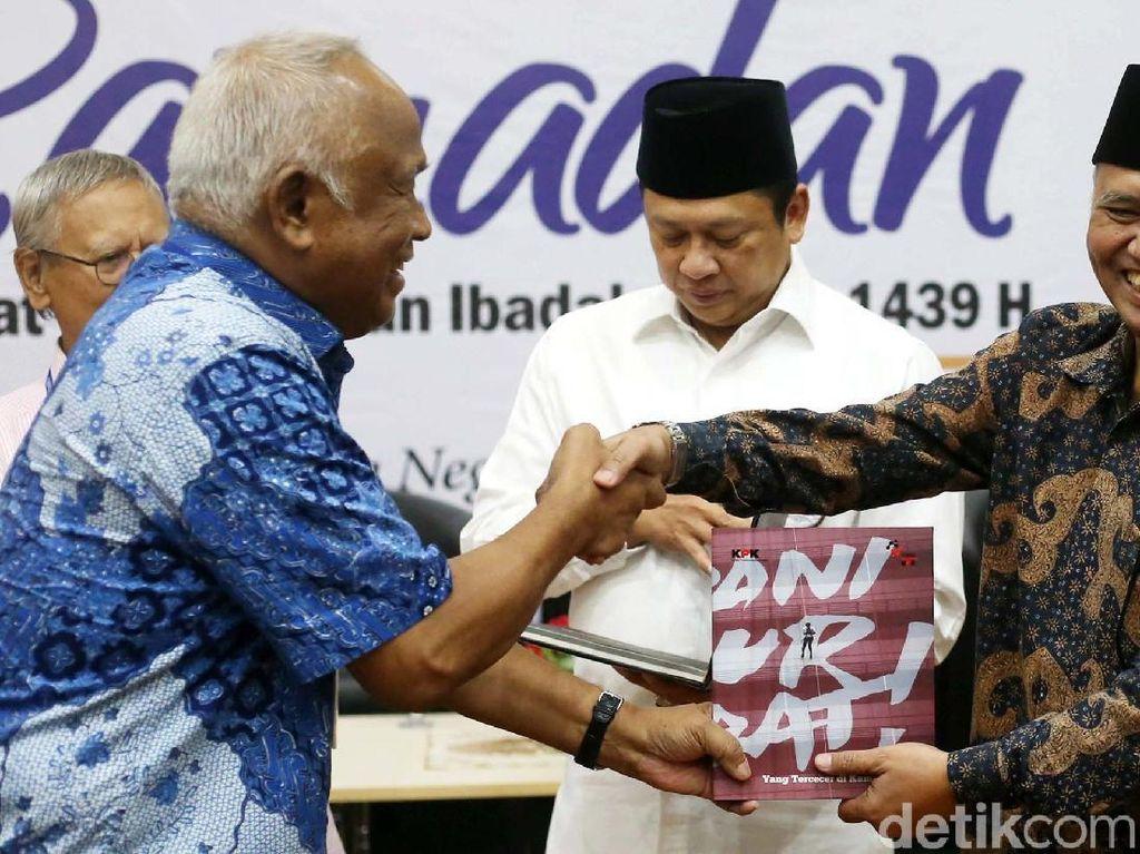 Ketua KPK Agus Rahardjo juga menerima buku tersebut.
