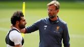 Mohamed Salah berbicara dengan manajer Liverpool Juergen Klopp. Salah saat ini sudah mencetak 44 gol untuk Liverpool di semua kompetisi. (REUTERS/Andrew Yates)