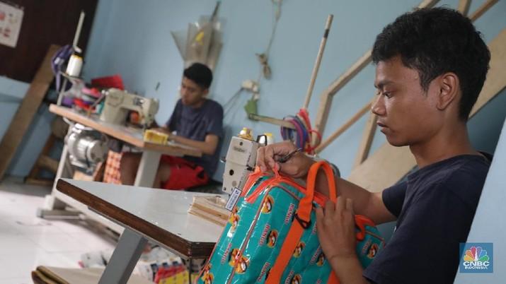 mengintip rumah daur ulang milik Heriyanti yang memproduksi sampah plastik menjadi tas, dompet dan aksesoris lainnya